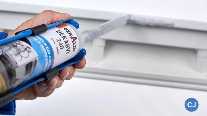 Der lösungsmittelfreie Klebstoff ermöglicht Endverbrauchern mit 80 Prozent weniger Aushärtungszeit ein schnelleres Durchführen kleinerer Kleb- und Dichtarbeiten wie dem Einkleben von Tür- oder Staufachrrahmen und Seitenwandreparaturen. (Foto: Dekalin)