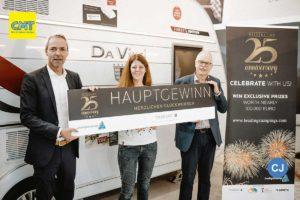 V.l.: Stefan V. Diehl (Knaus Tabbert), Gewinnerin Janina Krafft und Eicke Schüürmann (LeadingCampings). (Foto: LeadingCampings)