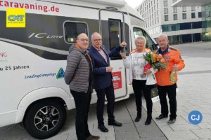 V.l: Patrick_Mader (Intercaravaning), Eicke Schüürmann (Leading Campings), Gewinnerin Elke Günther mit Ehemann. (Foto: Leading Campings)