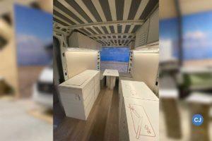 Leicht selbst verschiebbare Module stehen in dem Campervan zur Verfügung, die Küche, Schränke und Tisch repräsentieren.